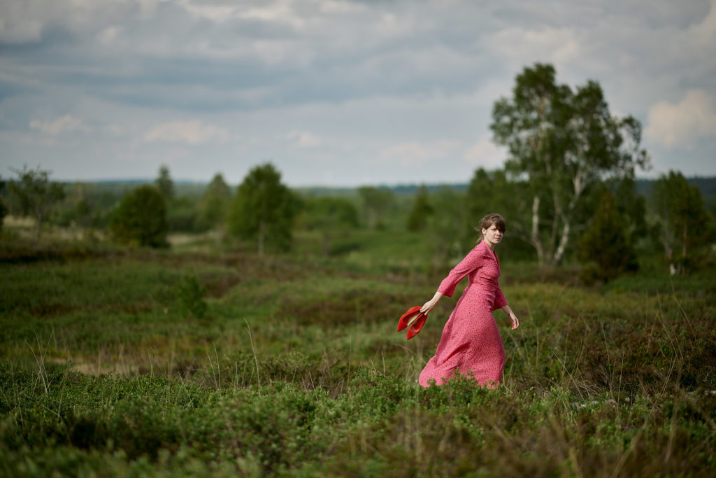 Frau Portrait Natur Schuhe ausgezogen Hohes Venn Rotes Kleid