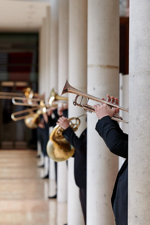 Blechbläser der Neuen Philharmonie Frankfurt Säule versteckt