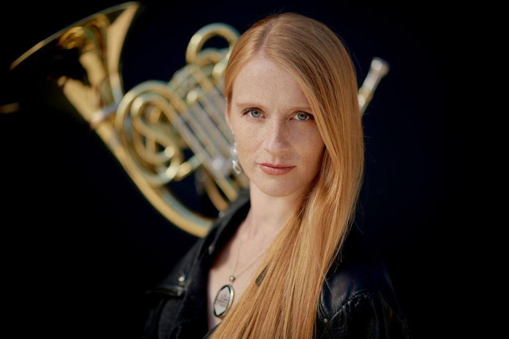Arundos Quintett fotografiert von Christian Palm Bläserensemble Musiker Lisa Rogers mit Horn