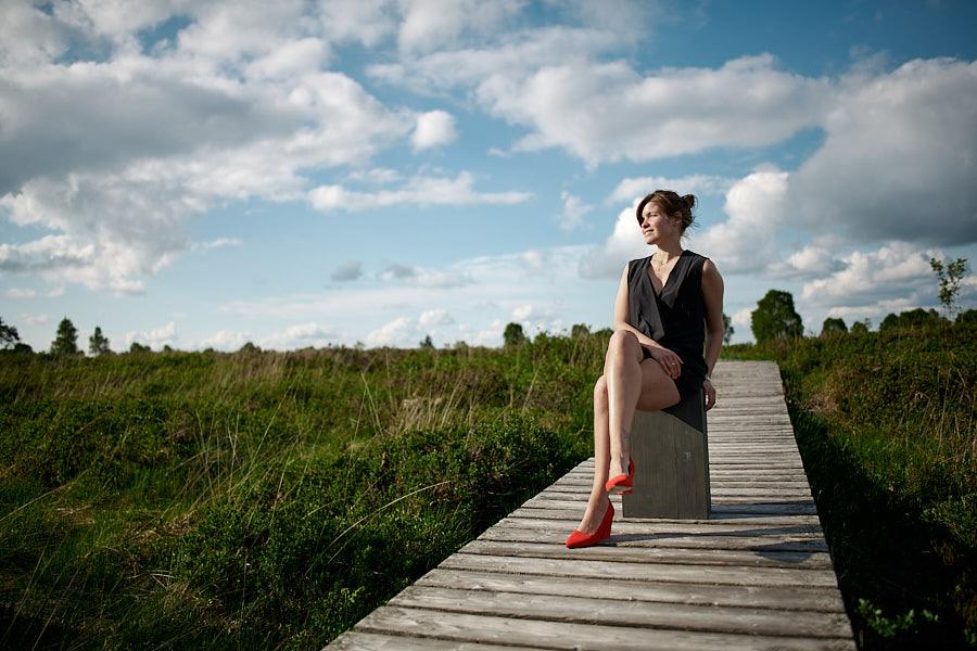 Frau sitzt auf Steg im Hohen Venn Eifel