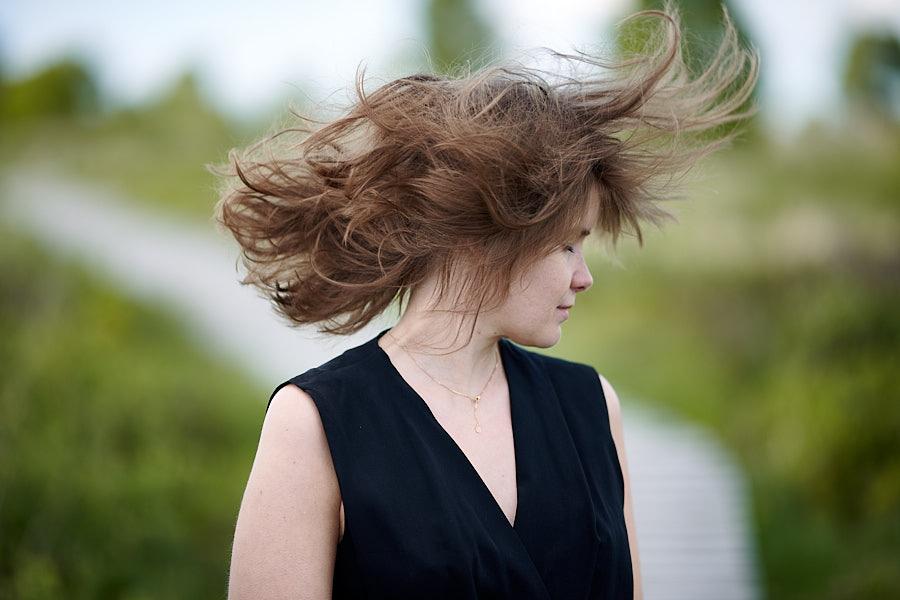 Frau wirbelt Haare in Natur