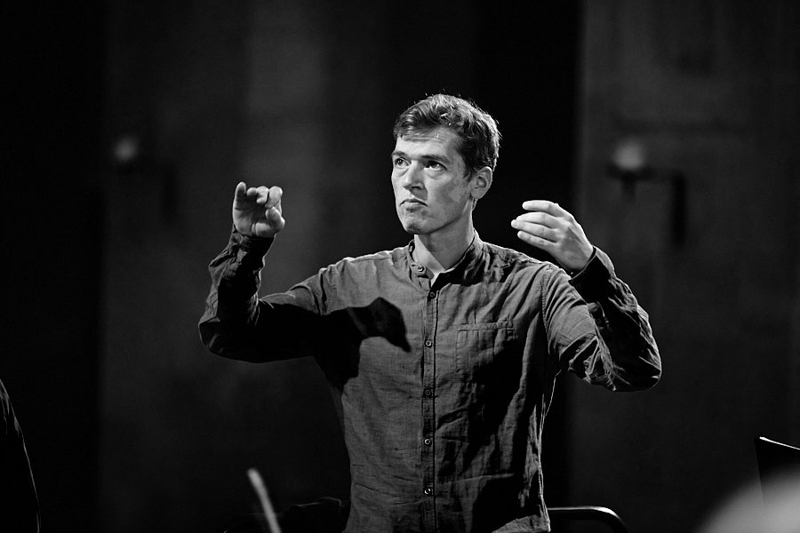 Florian Helgath beim Dirigieren