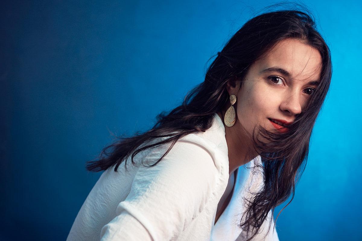 Schöne Frau Studioporträt Farbe Weißes Hemd roter Mund farbige Blitze